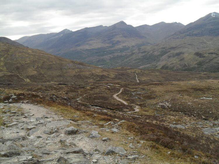 Der Trail ist ziemlich verblockt, mit einigen heftigen Fels-Rampen, ein holpriger Downhill, aber alles fahrbar. Im Prinzip