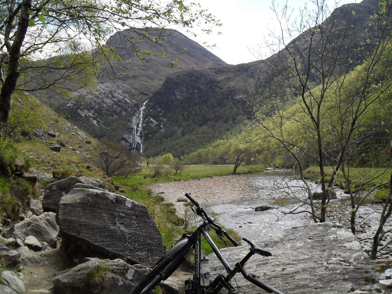 """(km31) Das Tal öffnet sich und da sind die Falls. Auf Gälisch <em>An Steall Ban</em> (""""Der weiße Abfluss"""") und mit gut 120 Metern Fallhöhe der zweithöchste Wasserfall Großbritanniens. Der höchste ist mit 200m der <em>Eas a' Chual Aluinn</em> bei Kylesku"""