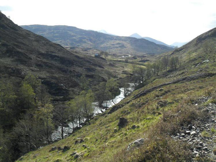 Blick zurück talaufwärts. In der Bildmitte die fantastisch gelegene Staoineag Bothy