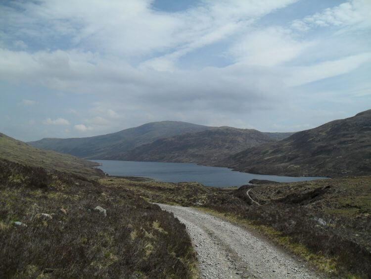 Jetzt geht's auf Schotterfahrweg entlang Loch Eilde Mor und Loch Eilde Beag