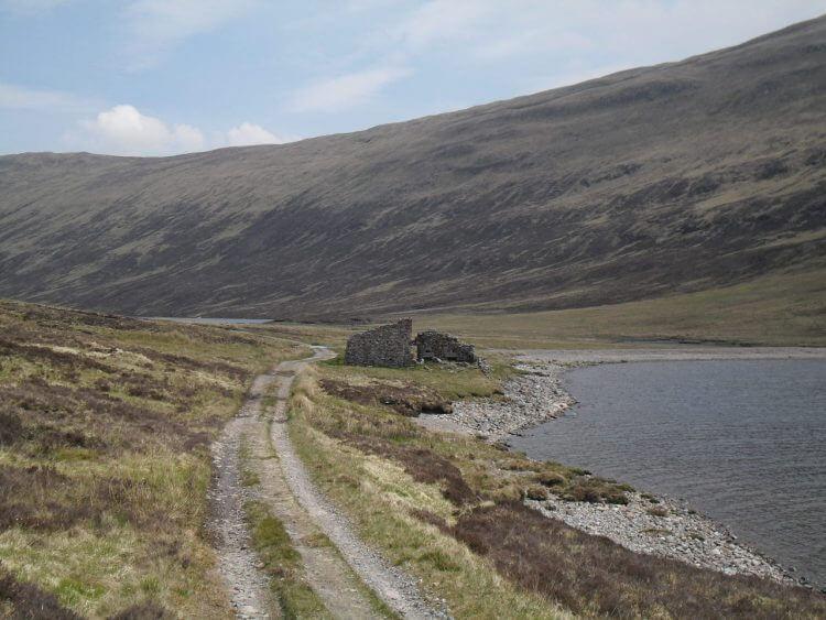 Das Ende von Loch Eilde Mor und im Hintergrund Loch Eilde Beag