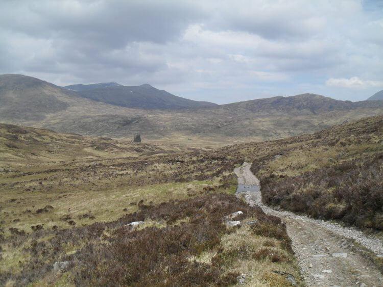 """Schon bald ist Luibelt in Sicht, wo ich gestern schon mal war. Die Ruine Luibelt ist bei den Fichten und rechts davon, genau in der Bildmitte, die Meanach Bothy. Dahinter muß ich hoch, """"the high road to Lairig Leacach"""""""