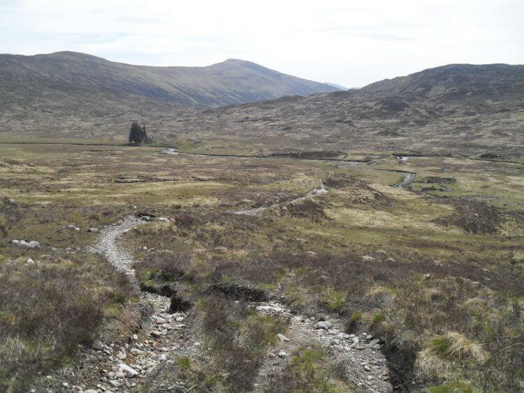 Los geht's Richtung Lairig Leacach. Der Blick zurück zeigt Glen Nevis mit Luibelt