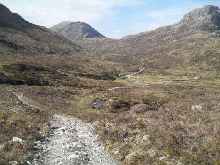 """<a href=""""https://www.mappit.net/layers/mountain-bothies-in-scotland/#bothy=50"""" rel=""""noopener"""" target=""""_blank"""">Lairig Leacach Bothy</a> in Bildmitte. Dort macht ein Wanderer eine Pause, die erste Person, der ich heute begegne. Später treffe ich ihn auf dem Camping wieder."""