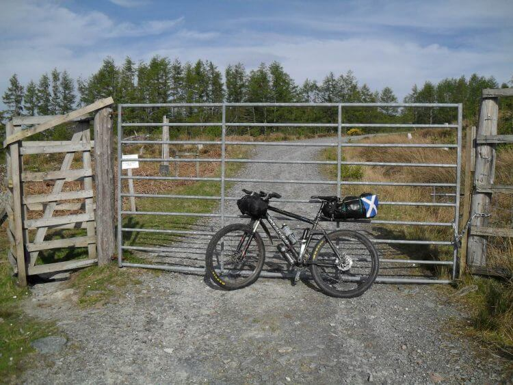 """Kleines Hindernis: mit dem Rad kommt man nicht durch die seitliche Personenschleuse, ein sogenanntes """"kissing-gate"""", also heißt es klettern und wuchten"""