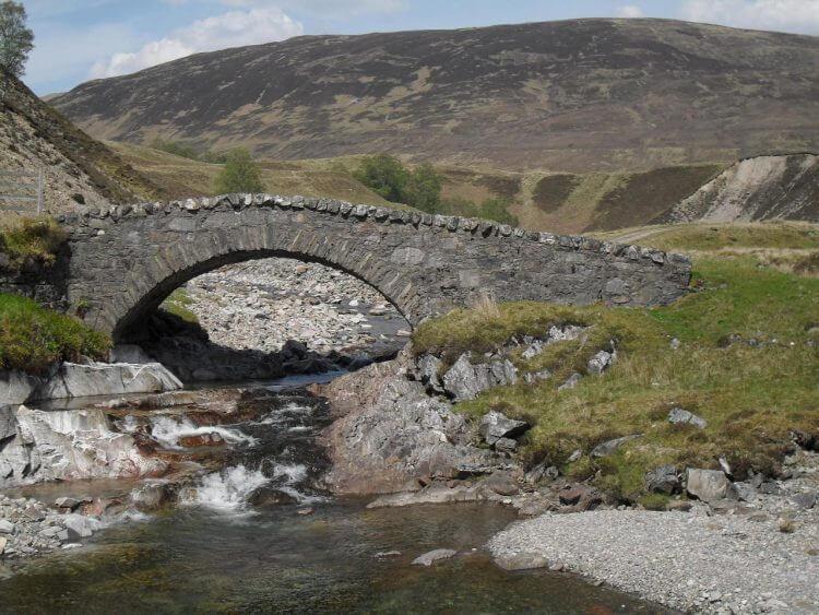 An dieser Brücke endet der Teer und es geht 7km auf gut ausgebauter Schotterstrecke weiter