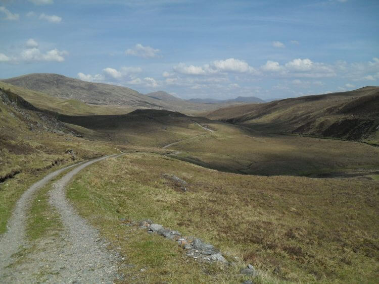 "Rollt gut. <br/>Am Ende der Schotterstrecke passiere ich die <a href=""https://www.mappit.net/layers/mountain-bothies-in-scotland/#bothy=53"" rel=""noopener"" target=""_blank"">Luib Chonnal</a> bothy."