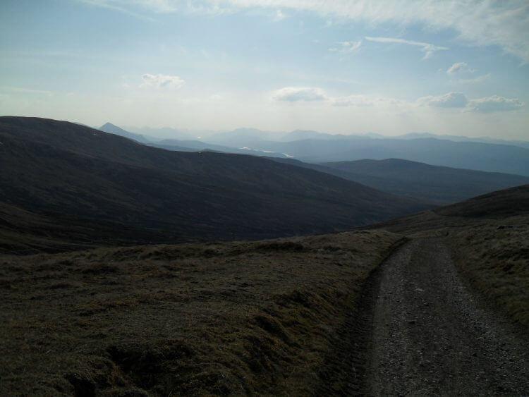 Blick vom Pass Richtung Westen, meine Route für morgen. Man sieht Loch Garry, einen Zipfel von Loch Quoich und dahinter, zu weit, um sichtbar zu sein, Skye