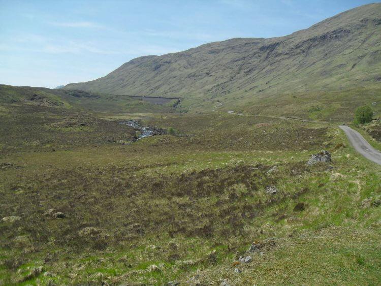 ...und kurz darauf sehe ich in der Ferne den Staudamm von Loch Quoich