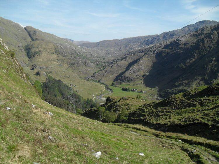 Blick zurück vom Pass auf Kinloch Hourn und die Abfahrt von Loch Quoich