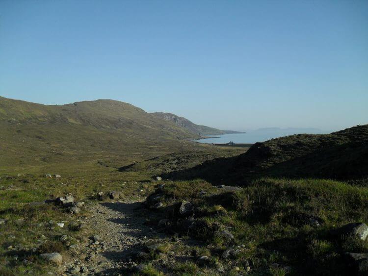 Blick zurück. Links oben Bealach Am Mam. Am Horizont die Insel Eigg.<br/>Es steigt nochmals an zum Loch na Creithach, alles wunderbar fahrbar
