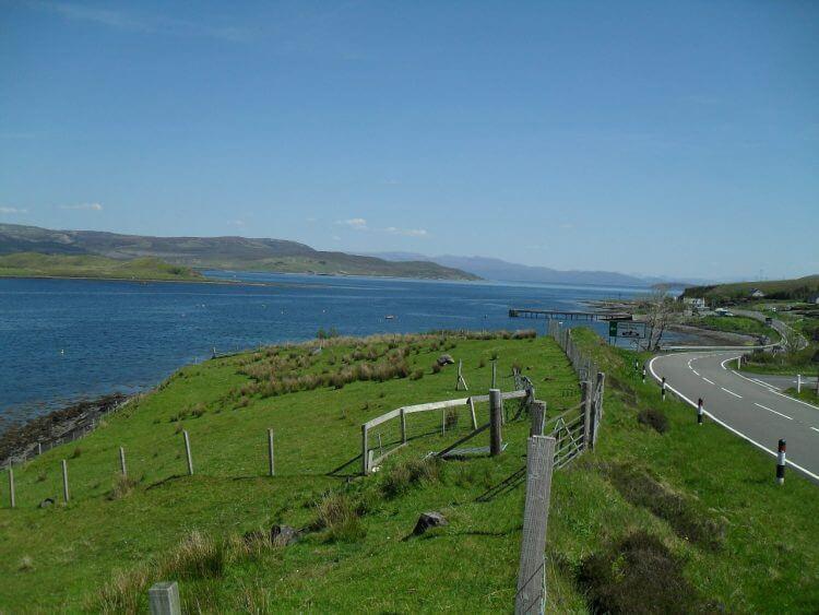 Ab jetzt nur noch Teer, vielleicht mit einem Abstecher offroad, mal sehen. Erst geht es 6 km über die A87, beim Skye Golf Club biege ich dann auf die Single-Track-Küstenroute ab.