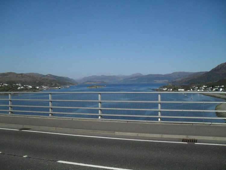 Skye-Bridge, Blick nach Osten. Rechts Kyleakin, links Kyle of Lochalsh.