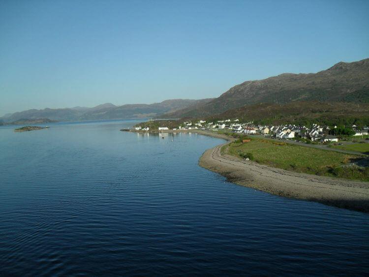 Kyleakin von Skye-Bridge aus. Unten die Uferwiese scheint ideal für mein Zelt....