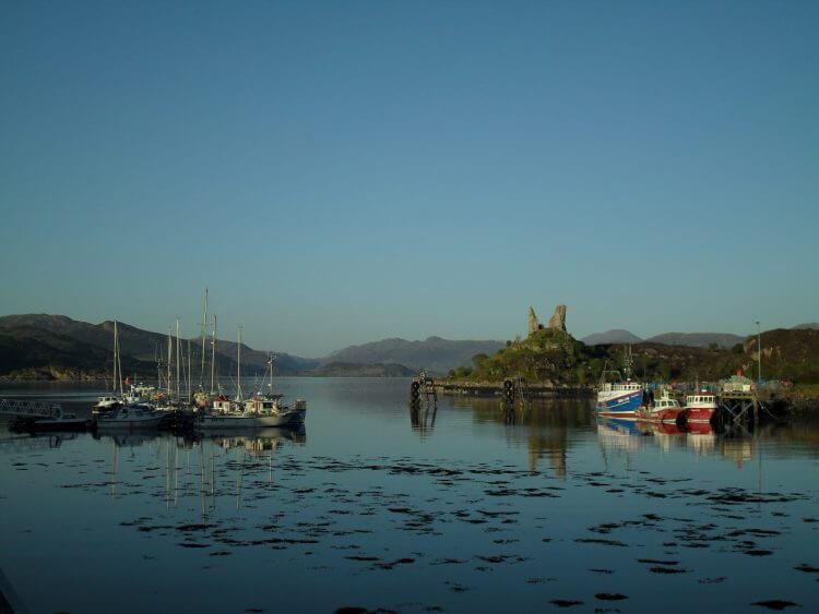 Der Hafen von Kyleakin mit Castle Maol