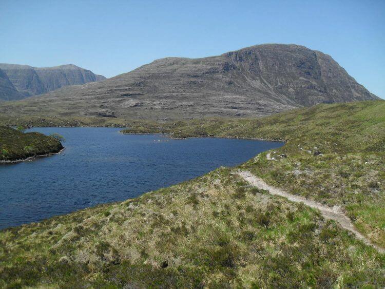 Durch ein solches Panorama auf 400 m Höhe will ich nicht einfach durchrauschen, ich lasse mich am Ufer des Eoin nieder, weit und breit der einzige Mensch (Pammy (hoffentlich) und die beiden Angler (sicher) liegen schon weit hinter mir), es weht kein Lüftchen, es herrscht absolute Ruhe und mir fällt eine Zeile aus Loch Lommond ein...