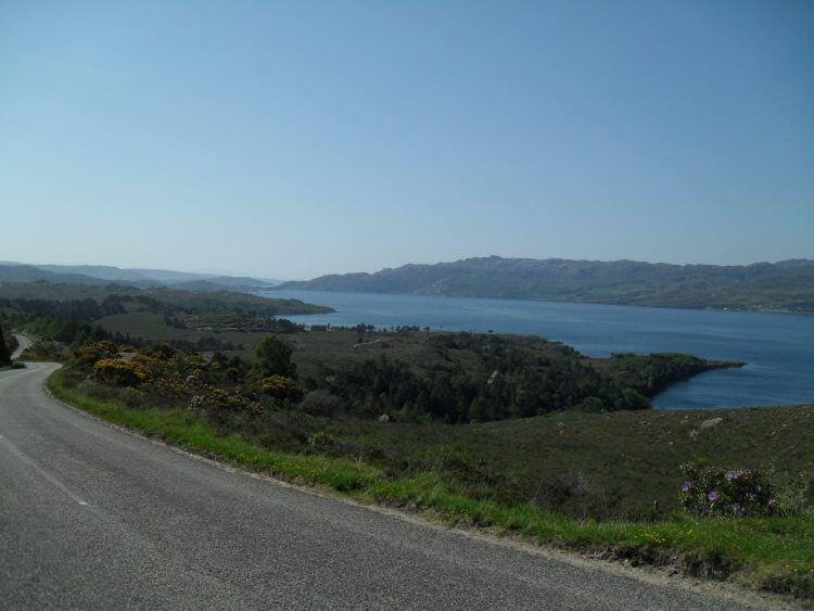 Weiter auf der welligen Straße mit schönen Aussichten auf Loch Torridon, dann Richtung Loch Damph auf breite Schotterstrecke abzweigend