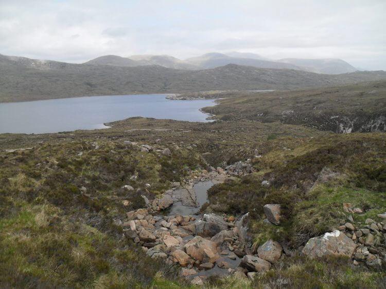 Blick zurück zum Lochan Fada an einer kurzen Hike&Bike-Section durch grobes Gelände