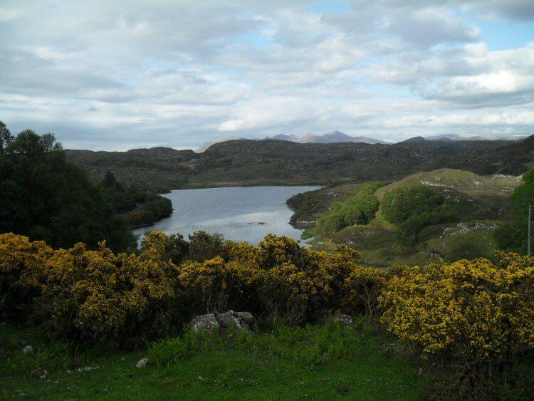 "<small>""Sae blaw ye westlin winds..."" </small> <br/><br/> Loch Buine Mòire und Quinag am Horizont"