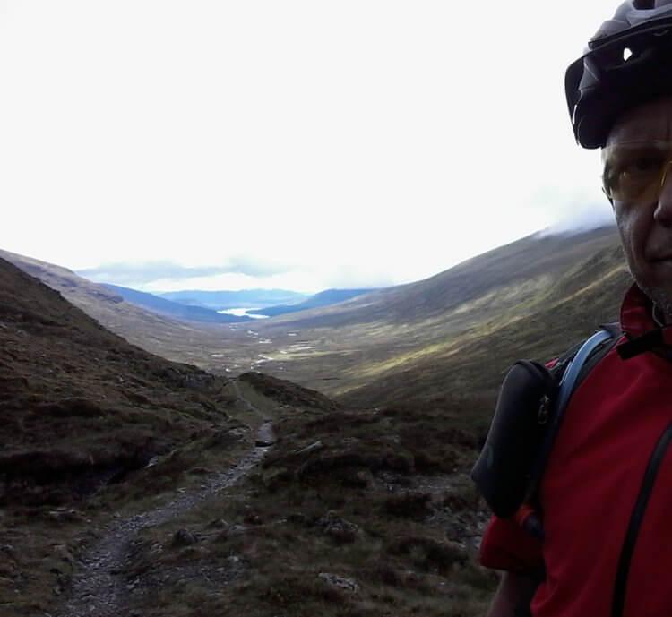 Blick zurück vom Bealach Dubh ins Tal des Uisge Labhair. Im Hintergrund Loch Ossian. An dem entlang verlief der HTR bis 2015 von Meneach her kommend und knickte dann von hier aus gesehen nach rechts ab Richtung Loch Laggan, das ich auch noch heute erreiche