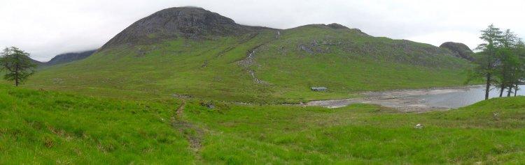 """Nach einer halben Stunde Moorwanderung ist die Bothy <a href=""""https://www.mappit.net/layers/mountain-bothies-in-scotland/#bothy=10"""" rel=""""noopener"""" target=""""_blank"""">Ben Alder Cottage</a> in Sicht"""