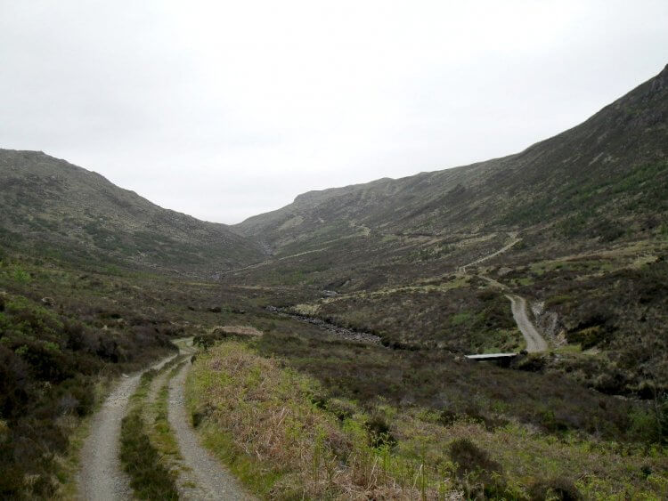 Zuerst geht es auf breitem Fahrweg in ein breites, landwirtschaftlich genutztes Tal hinein, dann in ein einsames Seitentälchen, ab jetzt stetig aufwärts, zuerst weiterhin auf Track