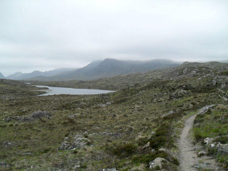 Schließlich erreiche ich die wilde Hochfläche von Lochan Fada mit den Bergen von Fisherfield-Forest im Hintergrund. Mystical