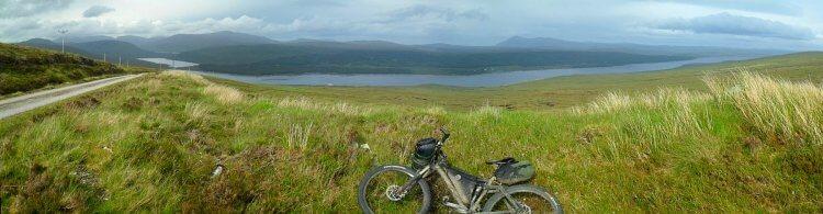 Vom Pass hat man einen weiten Blick nach Osten über das 27km lange Loch Shin, Loch a'Ghriama (links) und dahinter einen ganz schmalen Streifen von Loch Merkland an dem ich entlang will