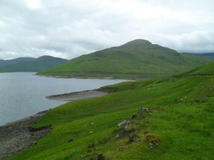 Blick zurück auf das Seitental. Am gegenüberliegenden Hügel ist der Weg zu sehen, den ich gekommen bin