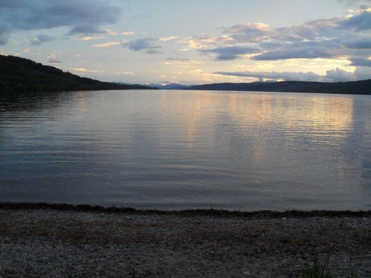 Loch Rannoch. Am Horizont sieht man bis zum Buchaille Etive Mor, am Beginn von Glencoe in 44km Entfernung. Das ist das Bergmassiv, das auf dem Foto am Kingshouse meiner 2012er Tour zu sehen ist
