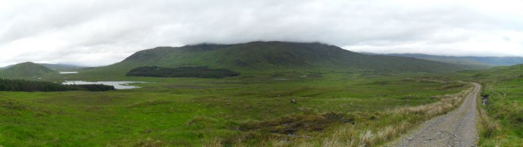 und dann wieder auf flott fahrbarer Schotterstrecke meist flach durch Moorland