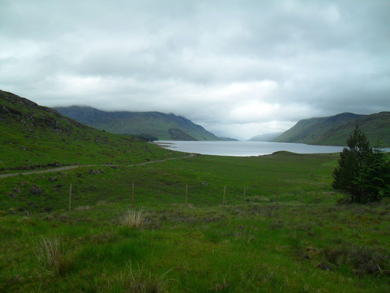 Schließlich erreiche ich das südliche Ende von <em>Loch Ericht</em>.<br/>Links davon der wolkenverhangene <em>Ben Alder</em>, mit 1148m ein Munro. <br/>Am Ende des 25km langen Lochs liegt <em>Dalwhinnie</em>. Einen ebensolchen gönne ich mir während ich das hier schreibe. Slàinte!