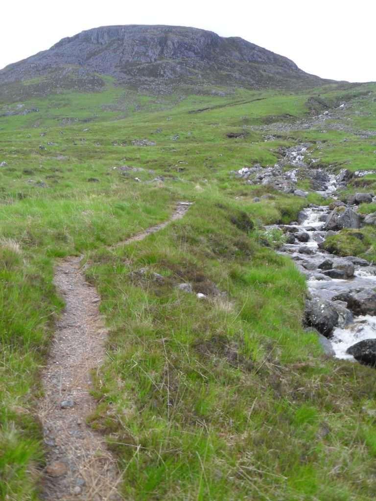Am anderen Ufer spüle ich erst mal im Bach die Schuhe und Strümpfe aus, dann fahre ich zur Bothy.<br/>Hier beginnt der legendäre, 13km lange Singletrail um den <em>Ben Alder</em> herum.<br/>Erst geht's ein kleines, steiles Stück auf einen Vorgipfel des <em>Ben Alder</em> zu und dann nach links das Tal des <em>Alder Burn</em> hinauf