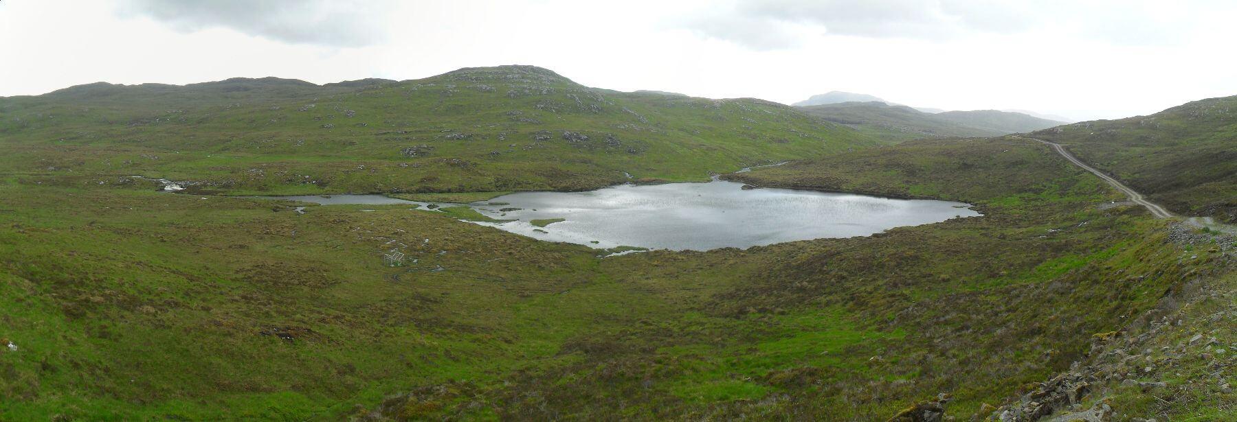 Der Weg biegt nach Westen ins Hochtal des <em>Allt Saigh</em> vorbei an einer ganzen Reihe von kleinen Lochs