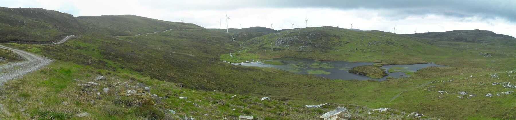 und mitten durch die im Bau befindliche <em>Bhlaraid Wind Farm</em>