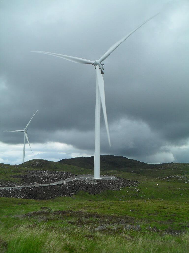 32 Windräder sind hier geplant. Zu diesem hier fahre ich hin, bei dem starken Wind surren die Rotorblätter mit  voller Geschwindigkeit nur 8 m über meinem Kopf. Irre