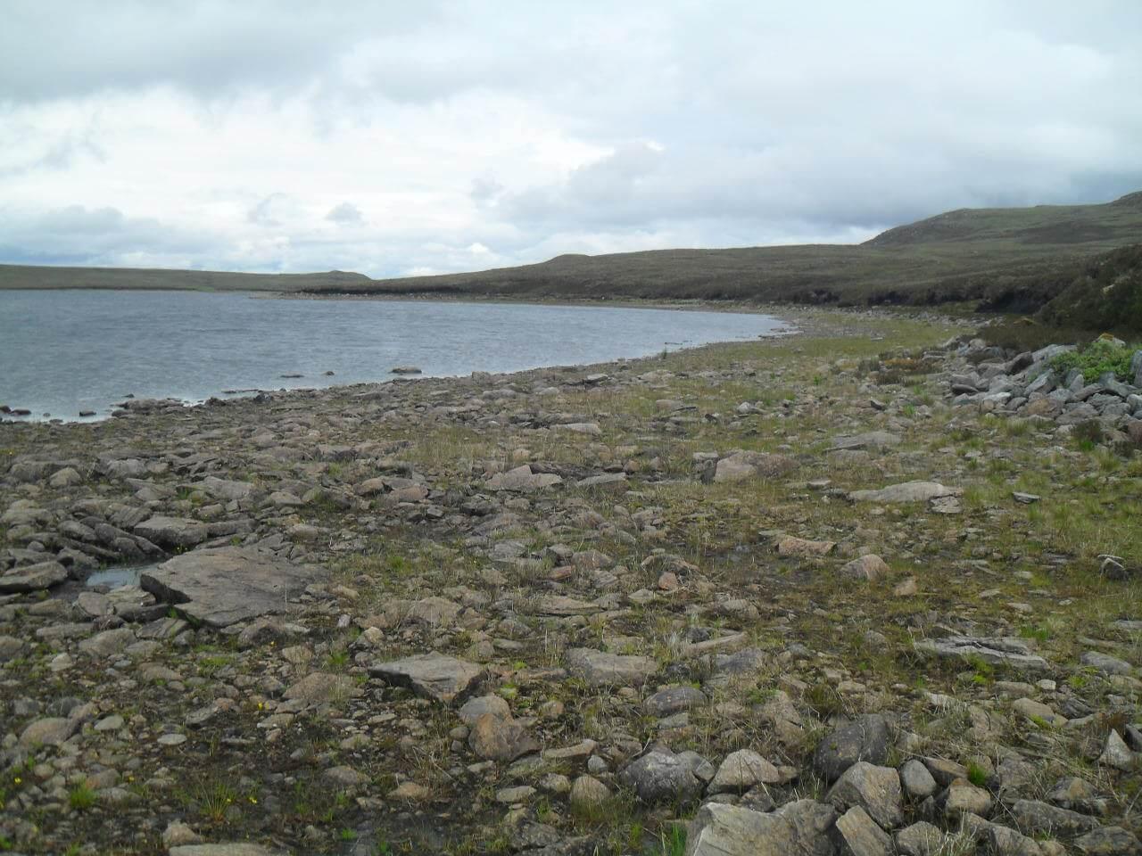 Am <em>Loch ma Stac</em> endet der Weg. Weiter geht es nur entlang des Uferstreifens, den man direkt hinter der Staumauer erreicht