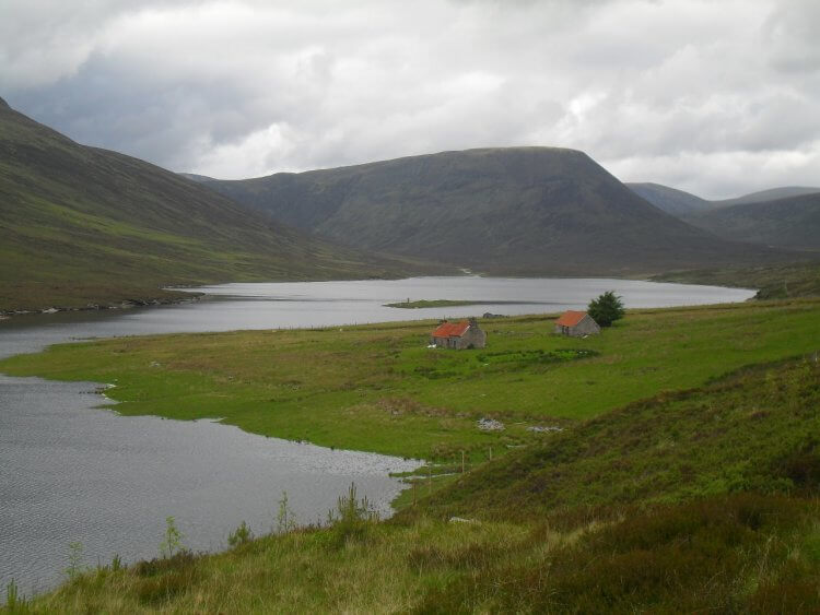 """<a href=""""https://www.mappit.net/layers/mountain-bothies-in-scotland/#bothy=462"""" rel=""""noopener"""" target=""""_blank"""">Lubachlaggan</a> und Loch Vaich"""