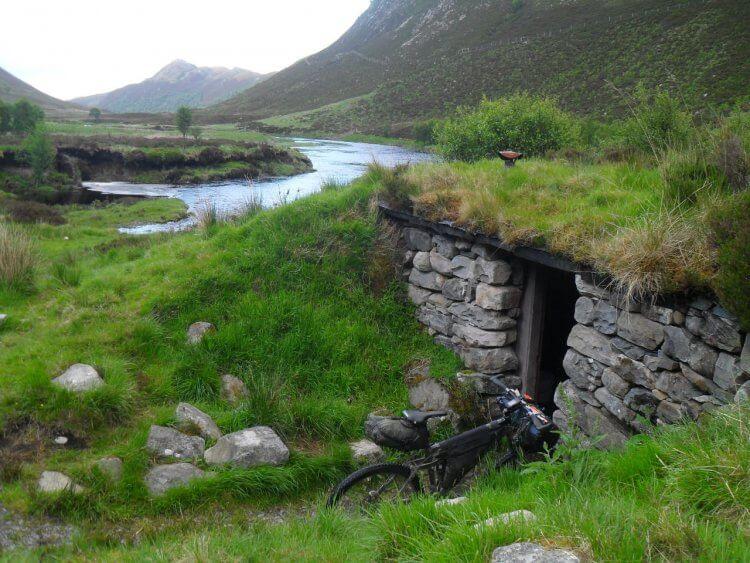 """Ich taufe die Hütte auf die Original-Bezeichnung für Hobbit-Wohnhöhlen <a href=""""https://www.mappit.net/layers/mountain-bothies-in-scotland/#bothy=500"""" rel=""""noopener"""" target=""""_blank"""">Smial</a> und trage sie sowohl auf der Bothy-Seite, als auch in OSM ein."""