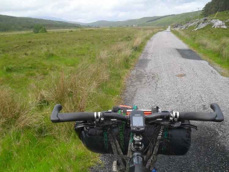 Ab dem Weiler Rosehall verläuft der Weg erst mal 18km auf Teer flach, aber mit strammem Gegenwind durch das breite, einsame Glen Cassley. Hier am besten Musik auf die Ohren und die Strecke abspulen.<br>