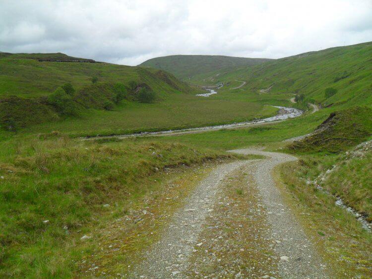 Im Hintergrund beginnt wieder Teer und der Weg verläßt nach rechts über Serpentinen auf 2km um 150m ansteigend das Glen Cassley