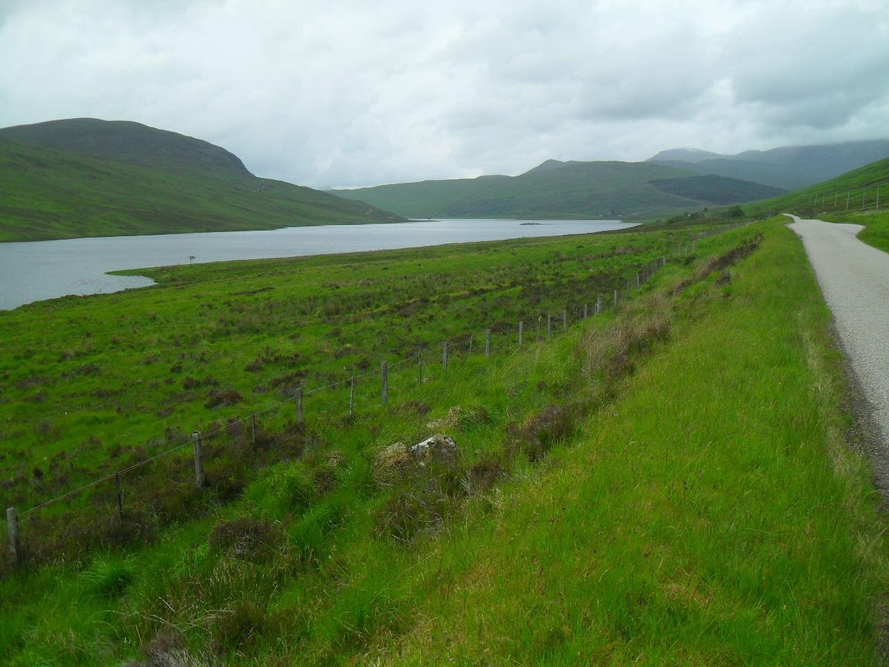Loch Merkland entlang auf einsamer Singletrack-Road. Am Ende des Lochs beginnt die 33km lange Bealach-Horn-Schleife, Wende- und Höhepunkt des HTR