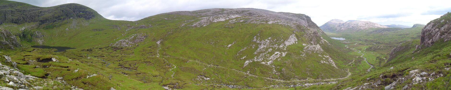 Links <em>An Dubh Loch</em>, rechts <em>Loch Dionard</em>. 13FM ist dieses Tal auf dem erkennbaren Weg runtergefahren. Der hört aber 1km vor <em>Loch Dionard</em> auf und ab da ist es üble Moorstapferei bis zum anderen Ende des Lochs. Mein Weg führt mich aber über den niedrigen Pass rechts über dem Karsee