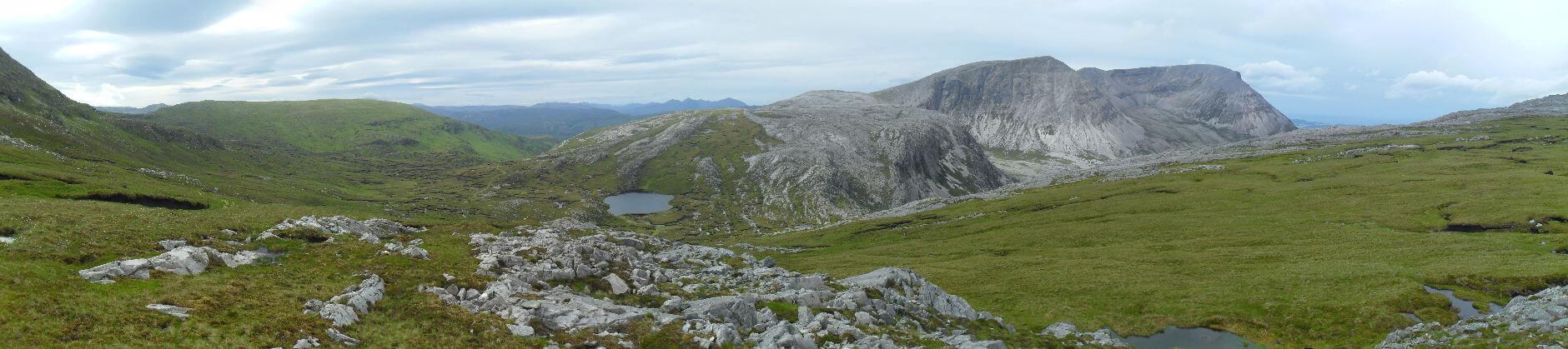 und dann erreiche ich Bealach Horn mit grandioser Aussicht nach Südwesten. Der Berg rechts ist der Arkle (787m), rechts davon kann man einen Streifen Meer erahnen. In der Bildmitte am Horizont ist das Quinag-Massiv im Assynt, da will ich heute noch vorbei.