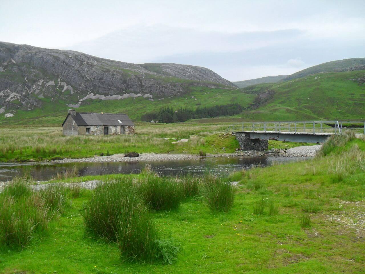 """Blick zurück auf die Abfahrt (sieht von hier gar nicht so wild aus) und die <a href=""""https://www.mappit.net/layers/mountain-bothies-in-scotland/#bothy=463"""" rel=""""noopener"""" target=""""_blank"""">Lone Bothy</a>."""