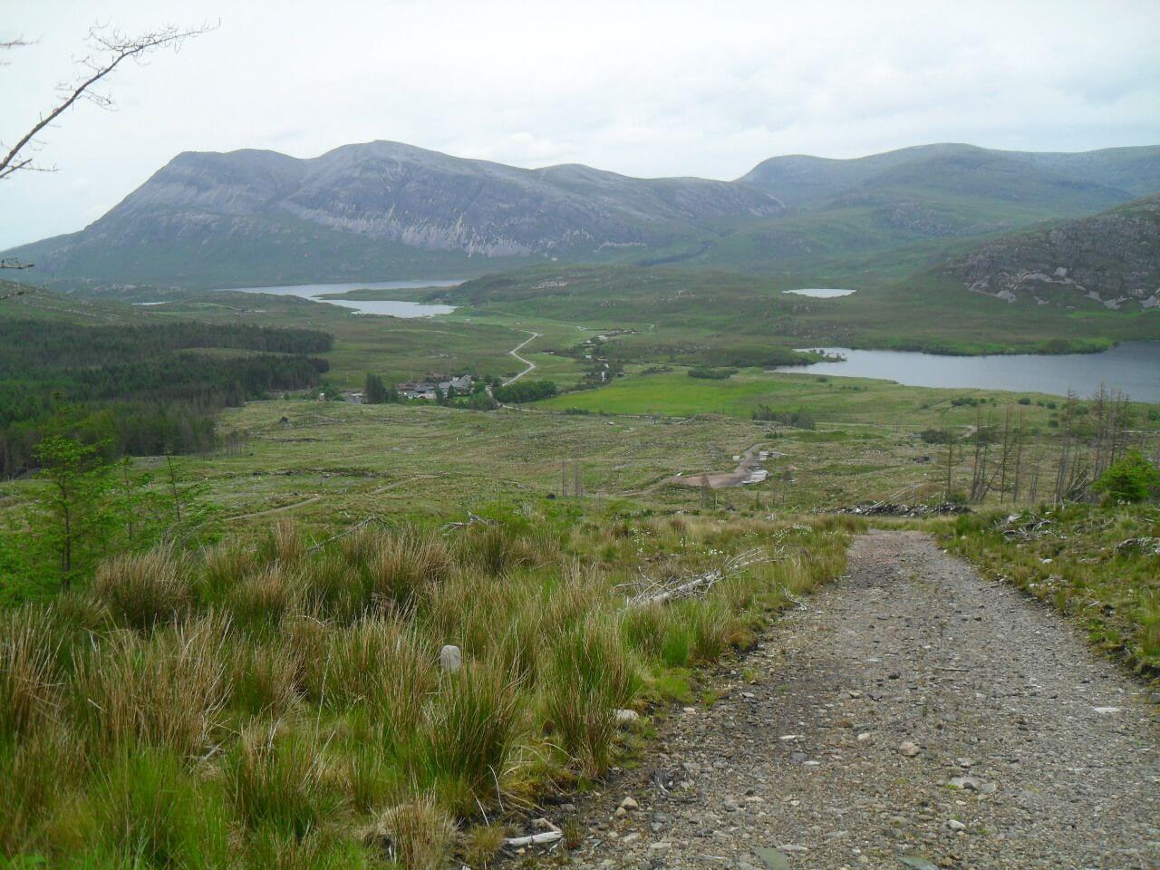 hier bin ich schon halb auf der gegenüberliegenden Talseite wieder hoch. Blick zurück auf den Weiler Achfary, Loch Stack und Arkle (links), Bealach Horn (Mitte) und Loch More (rechts). Der Anstieg ist mühsam, 360hm auf 2,7km. Ich schiebe das meiste