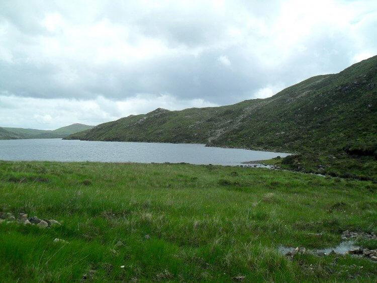 km3. Am Ende des Tales komme ich an <em>Lochan Fada</em>. Jetzt muß ich den Bach queren und den Hang hoch. Rechts von der Bildmitte ist der Aufstieg zu erkennen