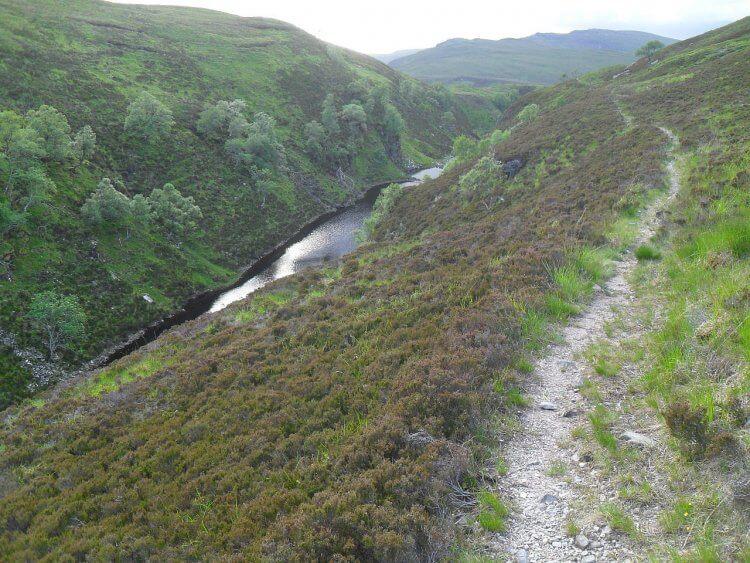 Jetzt verläuft der Pfad überwiegend bergab entlang der Schlucht des <em>Allt nan Caroach</em>