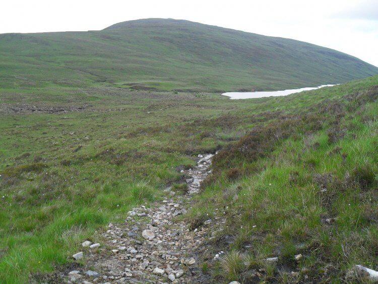 Loch an Daimh.  Ab hier verläuft der Weg durchs <em>Glen Achal</em> erst auf Doubletrack, ab Loch Achall auf Teer. Allmählich wird es zivilisierter, vor allem erkennbar an der zunehmenden Zahl der Schafe