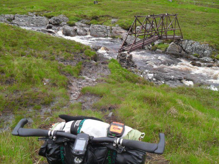 Vor der Bothy muss ich den <em>Alder Burn</em> überqueren. Die Brücke erweckt jedoch mein vollstes Vertrauen